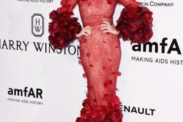 كايتي بيري تشعل حفل الـ AMFAR بإطلالة حمراء راقية!