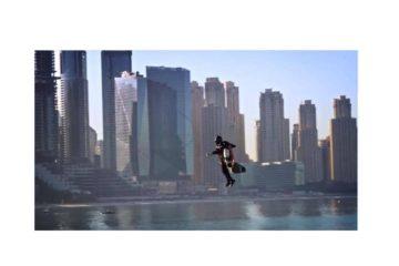 """بالفيديو.. الرجل الطائر """"يفعلها"""" في سماء دبي"""